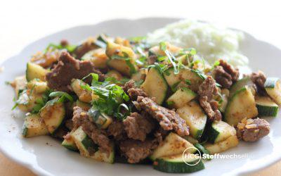 Kebab an orientalischer Zucchini mit Minz-Gurkensalat