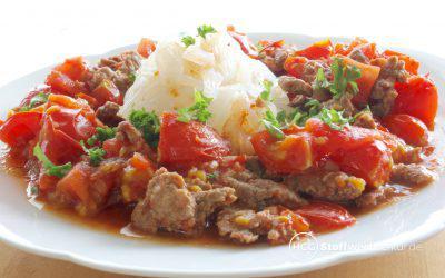 Scharfes Tomaten-Hack-Kebab mit Bandnudeln