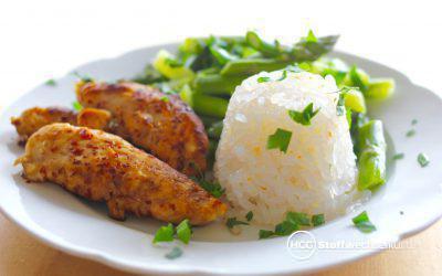 Hähnchen mit grünem Spargel und Reistürmchen – absolut sonntagstauglich