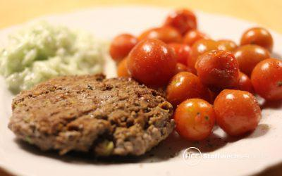 Low Carb Burger mit geschmolzenen Tomaten