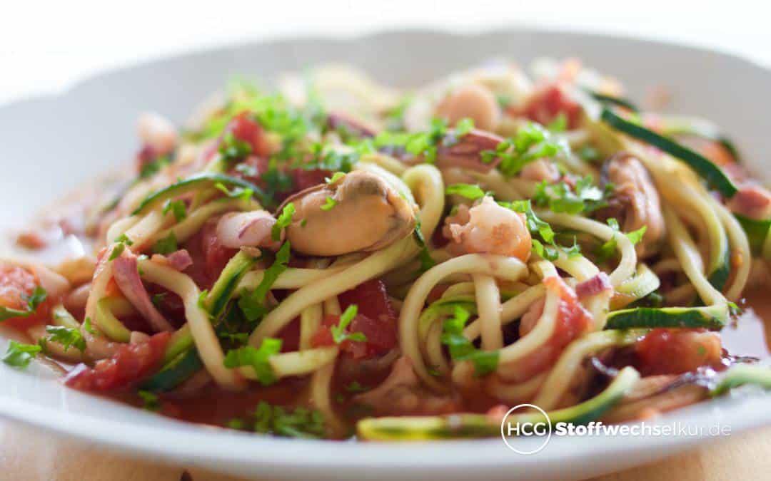 Meeresfrüchte auf Zucchini-Spaghetti