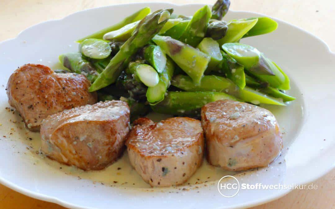 Zartes Schweinefilet mit grünem Spargel und Gorgonzolasoße
